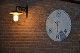 Zwarte stallamp aan de muur